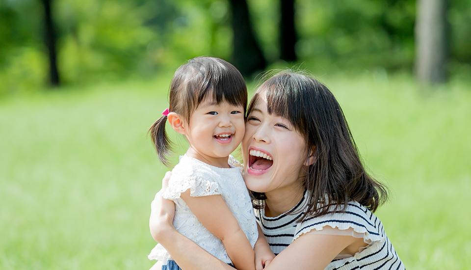 子どもと抱き合う女性